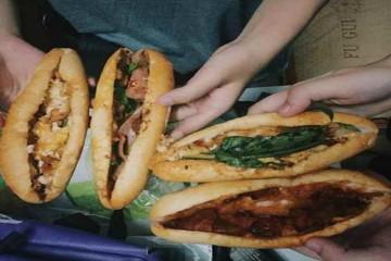 Gánh bánh mì nổi tiếng và lâu đời ở chân cầu Tràng Tiền – Huế