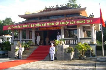 Viếng thăm đền thờ Bác Hồ tại Hậu Giang